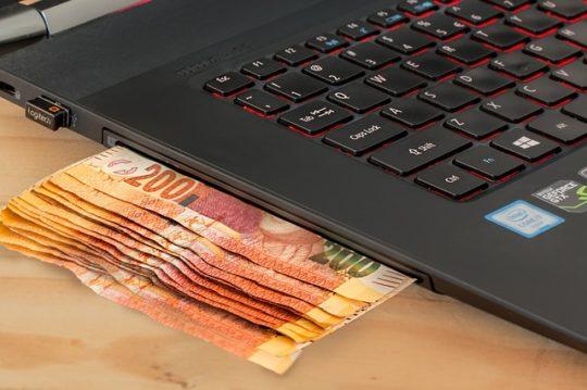 Деньги и ноутбук.
